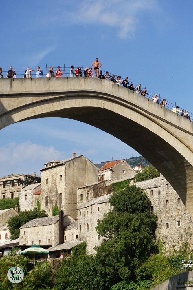 Un jóven preparado para saltar desde el Stari Most