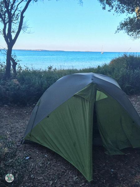 Tienda de campaña junto a la playa en Croacia, acampada libre