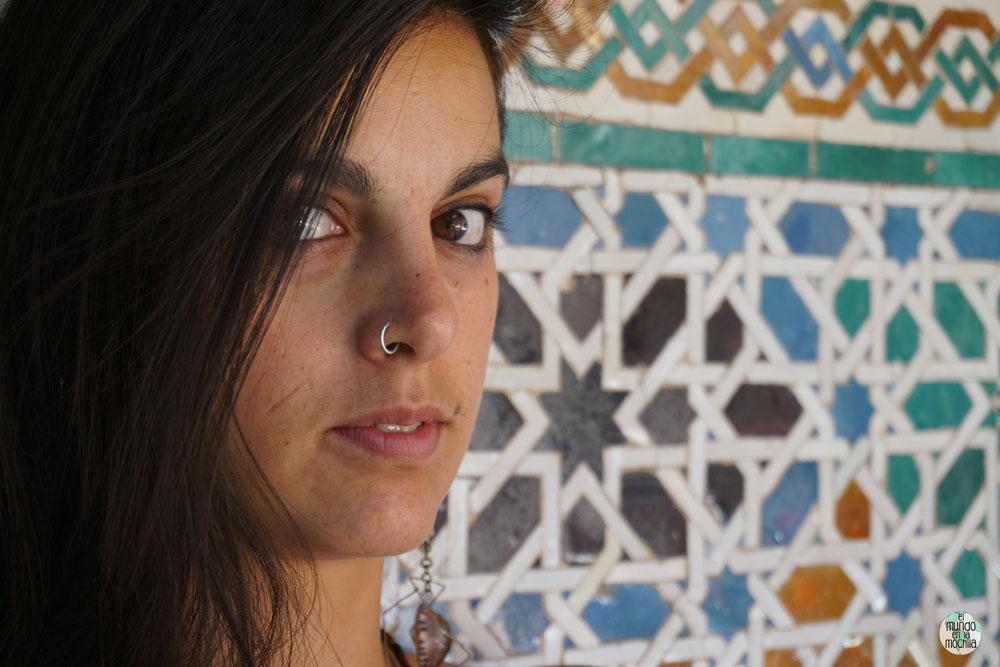 Gaby frente a azulejos en Sevilla