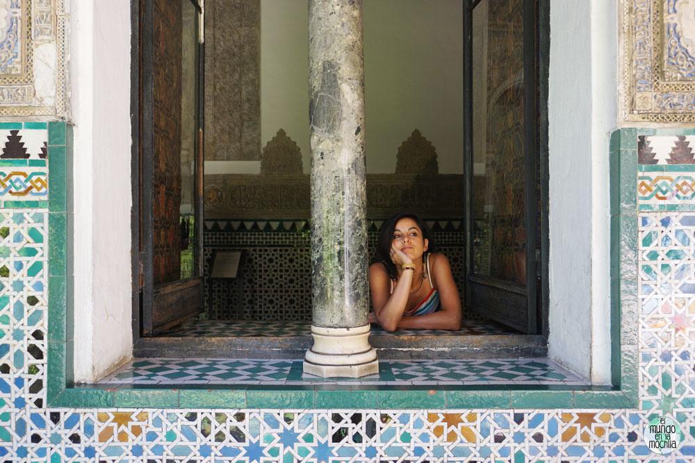 Gaby en un ventanal del Patio de las Doncellas en el Alambra Real de Sevilla