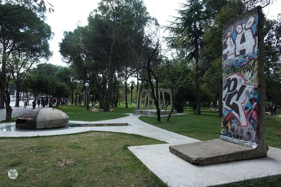 Bunker, ruinas y trozo del muro de Berlín, en el Parque Rinia de Tirana (Albania)
