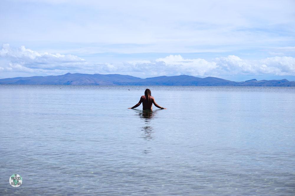 Peter se baña en el Lago Titicaca - Los 10 mejores destinos mochileros de sudamérica