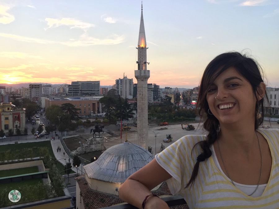Gaby, desde lo alto de la Torre del Reloj, con las vistas de Tirana