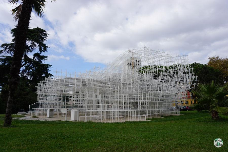 La Nube de Tirana, una escultura geométrica popular en la ciudad