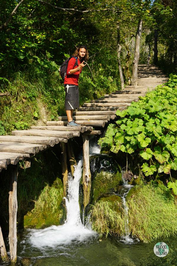 eter en una de las pasarelas del Parque Nacional Plitvice