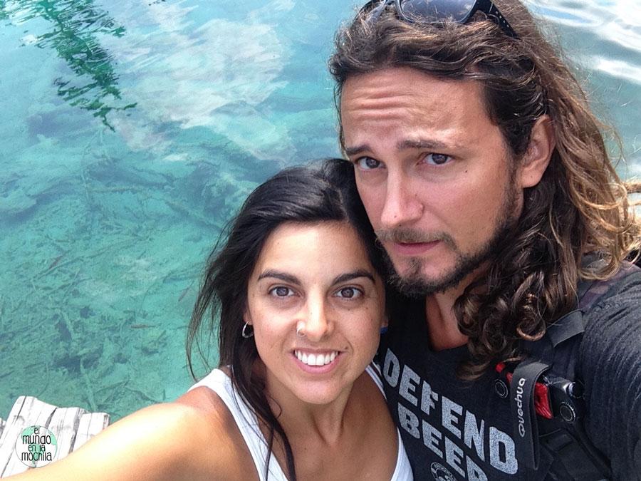 Selfie de Gaby y Peter con el agua celeste de fondo!