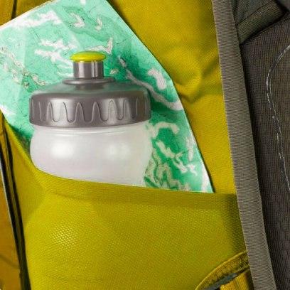 Bolsillo lateral de una mochila de viaje para llevar objetos a la mano