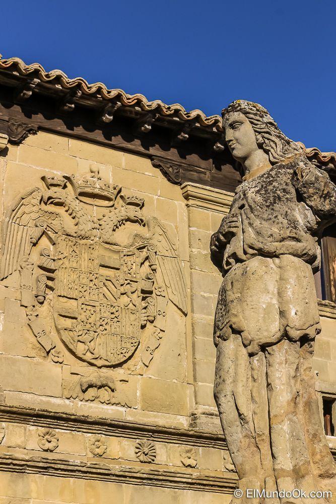 Fuente y antigua carnicería en Baeza (España).