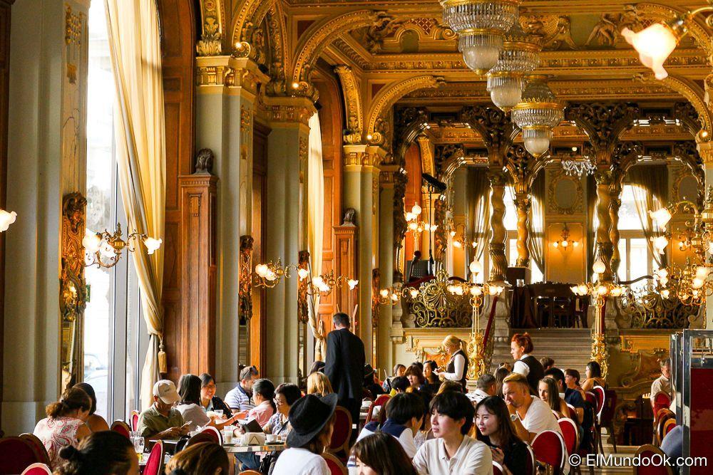 Uno de los salones en el New York Café en Budapest.