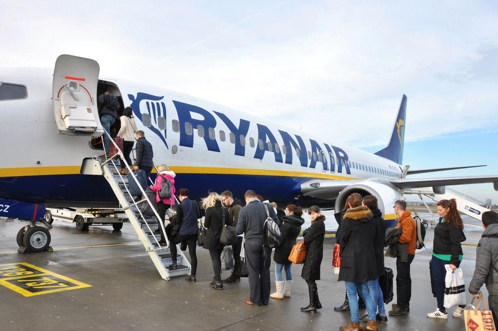 Pasajeros embarcando en un Boeing 737-800 de Ryanair y su política de equipaje.