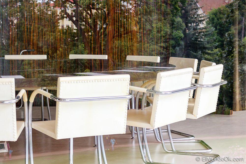 Muebles de diseño minimalista en el interior de la Villa Tugendhat.