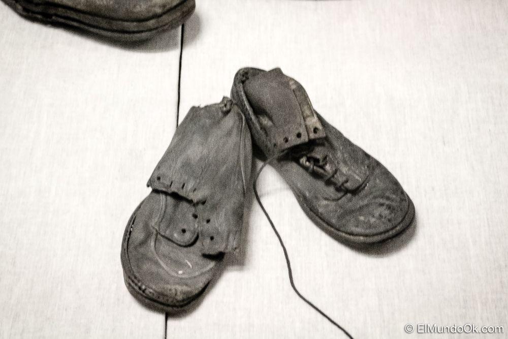 Un par de zapatos de niño que vi al visitar Auschwitz I.