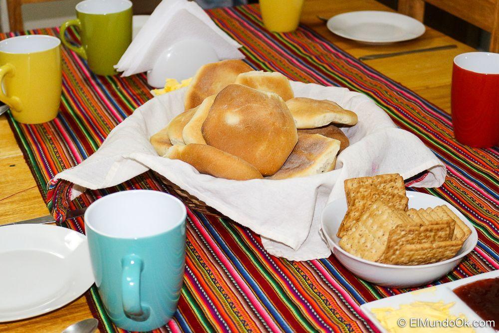 Desayuno con pan local en Magic Cusco Hostel. Cusco, Perú.