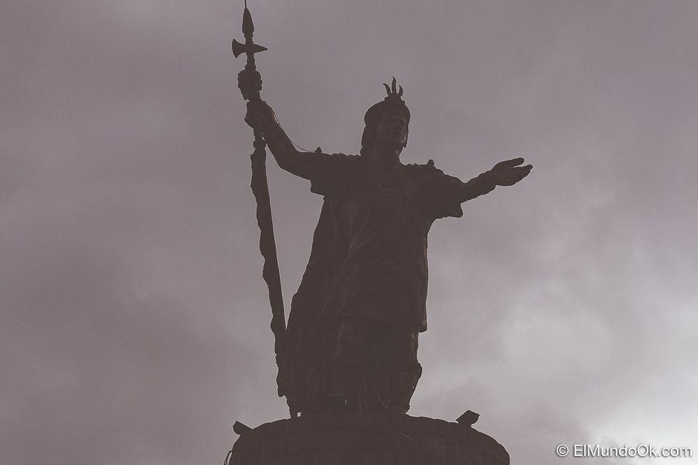 Monumento Inca Pachacuteq en plena lluvia. En Cusco, Perú.