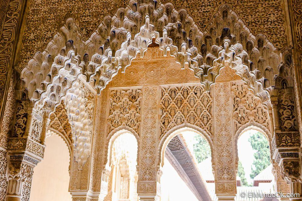 Detalles en el Palacio de los leones en la Alhambra.
