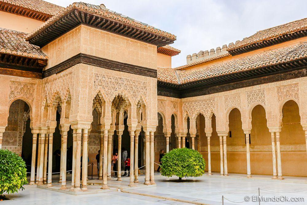 El Patio de los Leones. Palacios Nazaríes en la Alhambra en Granada.