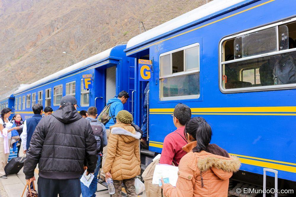 Pasajeros embarcando el tren local en la estación de Ollantaytambo hacia Aguas Calientes (Machu Picchu Pueblo).