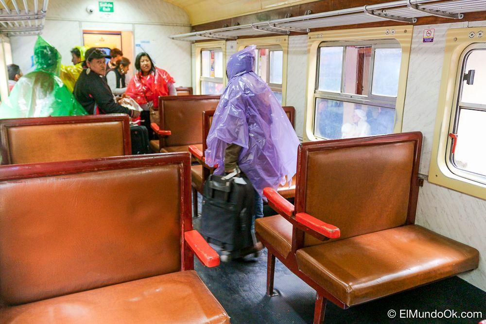 Interior del tren local a Machu Picchu para peruanos y residentes extranjeros.