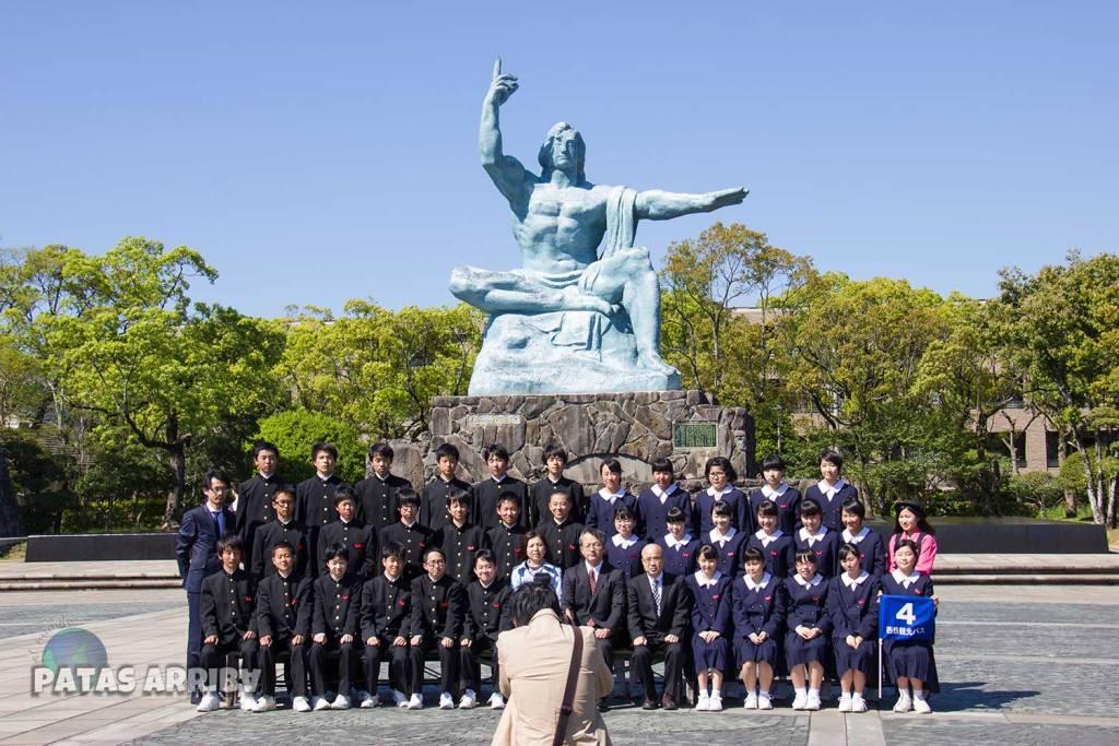 Escolares visitando el parque de la Paz en Nagasaki