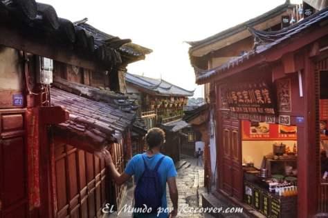 Una de las calles de Lijiang con sus puestos de comida