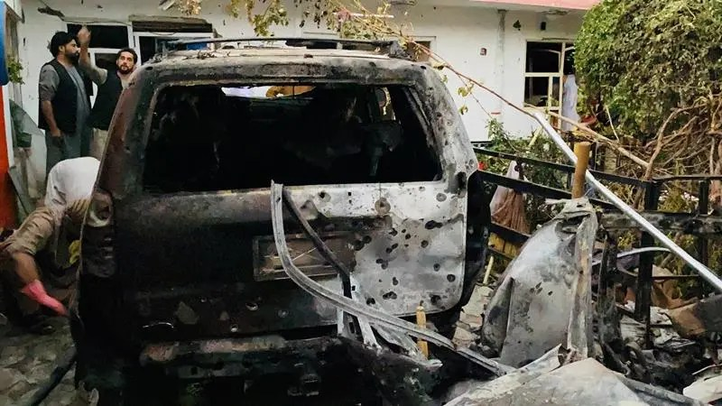 """Kabul (Afganistán).- Vista de los daños causados en el lugar de un ataque con cohetes cerca del aeropuerto internacional Hamid Karzai, en Kabul, Afganistán, 29 de agosto de 2021. El proceso de retirada de los 5.000 militares estadounidenses El personal desplegado en el aeropuerto de Kabul para la evacuación de estadounidenses y aliados afganos está en marcha frente a amenazas """"muy reales"""" de ataques adicionales como el de hace dos días que dejó unas 200 personas muertas, dijo el Pentágono el 28 de agosto. Más de 117.000 personas han partido del aeropuerto de Kabul desde que comenzó la """"masiva empresa militar, diplomática, de seguridad y humanitaria"""" tras la caída de la capital ante los talibanes en agosto. (Atentado, Afganistán, Estados Unidos) EFE / EPA / STRINGER"""