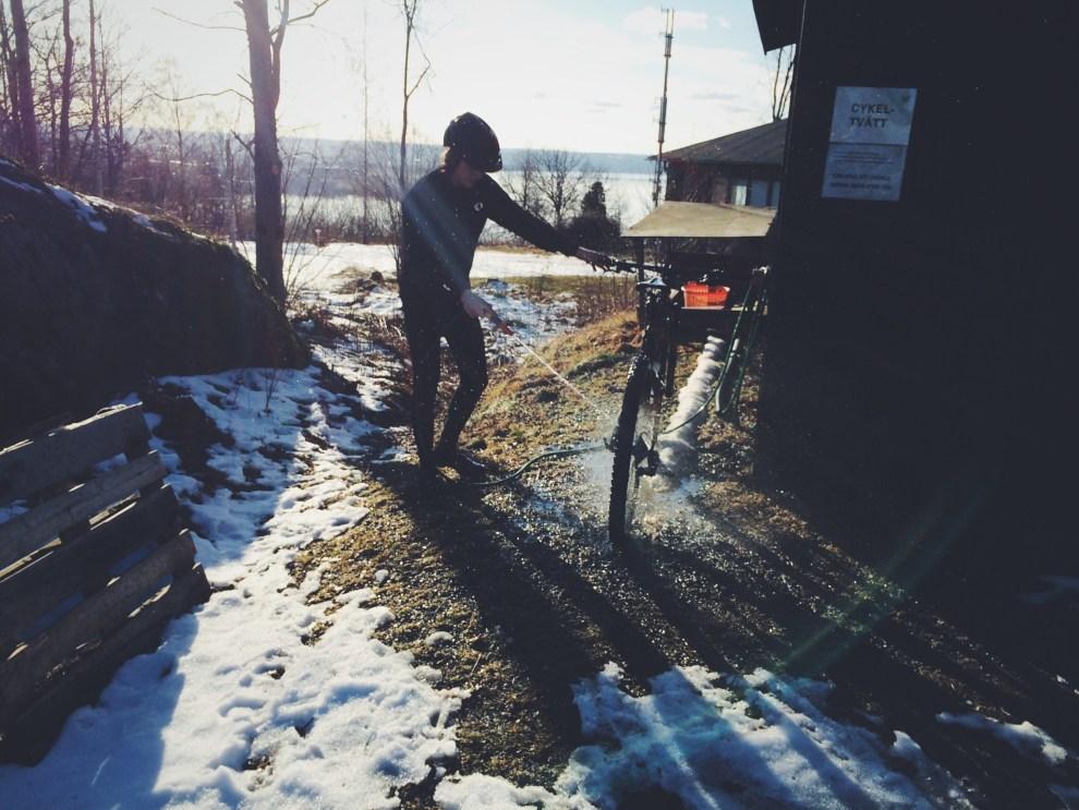 Mattias tvättar sin Specialized efter passet