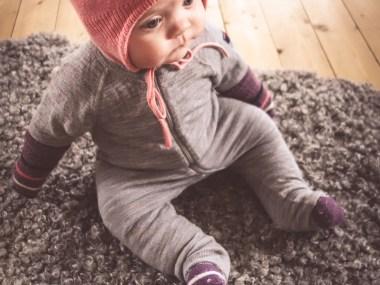 Klä en bebis för kyla