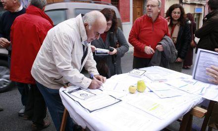 Cerca de trescientas firmas contra el fracking en el Mercadillo artesanal y la Falcotrail