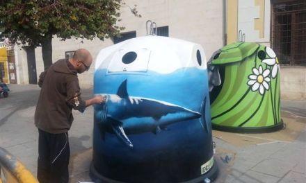 Los artistas José Antonio López Zamora y Jesús Torraldo pintan nuevos contenedores de vidrio en Caravaca