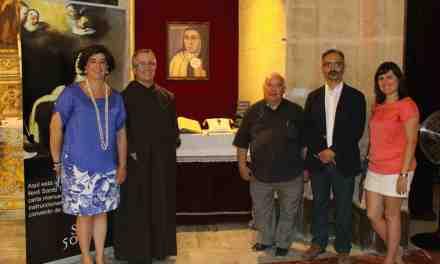 La Cruz de Caravaca de Santa Teresa se expone en la Basílica de la Vera Cruz, junto a su carta manuscrita