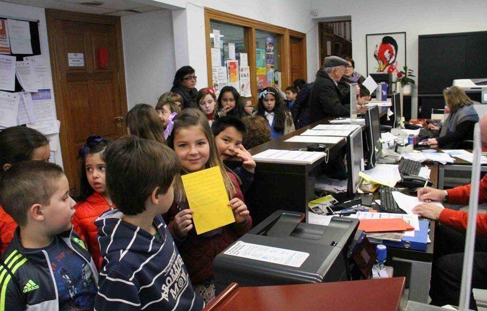 Alumnos del Basilio Sáez visitan el Ayuntamiento y hacen llegar sus peticiones al Alcalde
