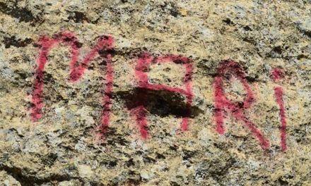 Unos vándalos pintan la entrada a las Cuevas de Zaén, considerada Lugar de Interés Geológico