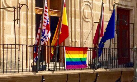 El Ayuntamiento de Caravaca cuelga por primera vez la bandera multicolor con motivo del Día Internacional contra la Homofobia