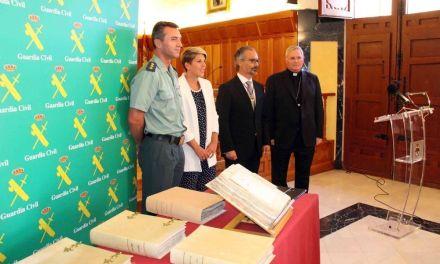 La Guardia Civil entrega al Ayuntamiento de Caravaca diez volúmenes de documentación municipal patrimonio de la Región