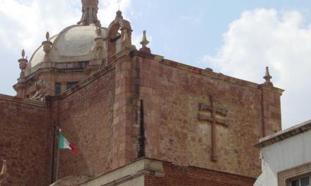 """""""Cazar con la cámara fotográfica una Cruz esculpida en la fachada de una basílica es viajar en el tiempo"""", Eduardo A. Fabián Caparrós"""