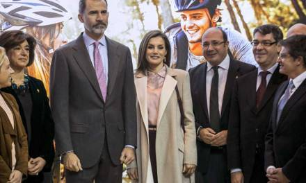 Pedro Antonio Sánchez entrega a los reyes de España la Cruz de Caravaca y les invita a visitarla en su Año Santo