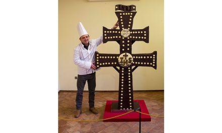 Una Cruz de cien kilos y dos metros: Todopan comercializa cruces de chocolate con motivo del Año Santo