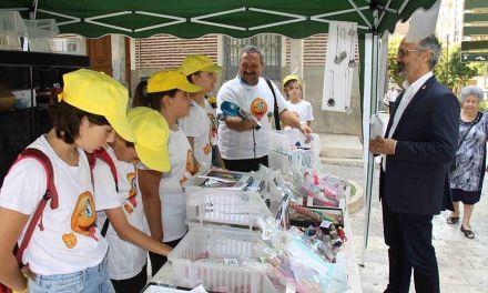 El Cervantes clausura 'Emprender en mi escuela' con la venta de sus productos en el mercado semanal