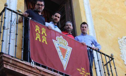 El ayuntamiento de Cehegín coloca una bandera del Real Murcia en apoyo para su ascenso