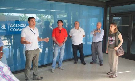 Los agricultores y las empresas vinculadas a las energías renovables del municipio visitan una instalación de riego fotovoltaica en Villena