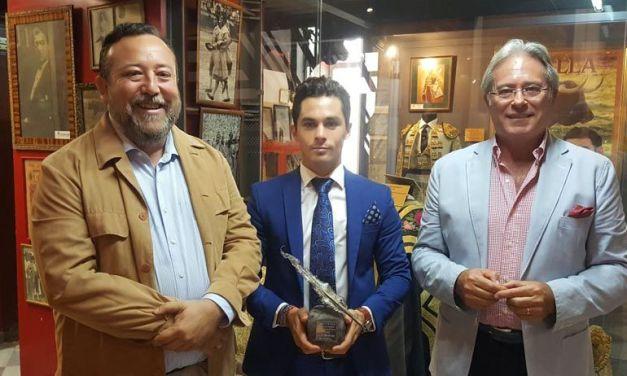 Entrega de la insignia de Triunfador de la Corrida de la Prensa 2016 a David Fernández
