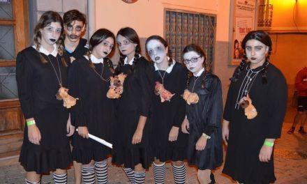 Zombies y supervivientes 'toman' las calles de Mula coincidiendo con la Noche de Halloween