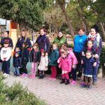 Los niños del Colegio Antonio Machado participan en una plantación guiados por las alumnas de la Escuela Taller de Bullas