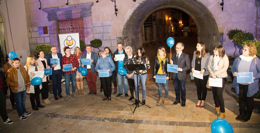 La fachada del Ayuntamiento de Caravaca se ilumina de azul para conmemorar el Día Mundial del Autismo