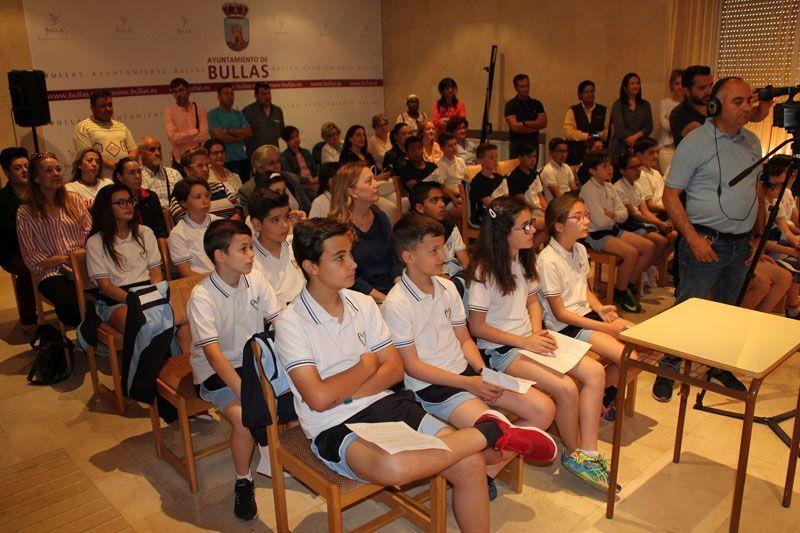El salón de plenos lleno con familiares y los alumnos del Colegio Amor de Dios