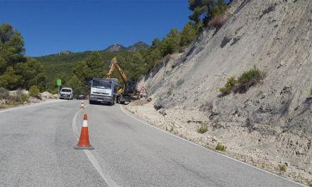 Se está haciendo un muro de contención para mejorar un tramo peligroso de la carretera entre Moratalla y Campo de San Juan