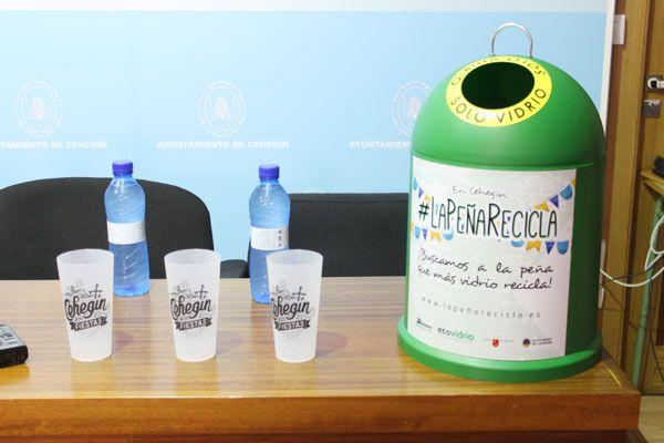 Medio Ambiente promueve el reciclaje de plástico y vidrio en el Recinto Ferial con las campañas del 'Ecovaso' y 'La Peña Recicla'