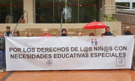 CCOO Enseñanza protesta ante la Consejería por los recortes de becas al alumnado con necesidades educativas especiales