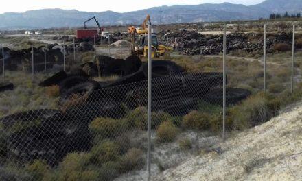 Comienza la retirada de 60 toneladas de neumáticos acumulados en un vertedero del término de Campos del Río