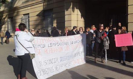 Más de 200 personas se concentran ante la Consejería de Hacienda para defender la recuperación de su jornada laboral